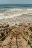 到达在Faria海滩国民的一个多岩石的海滩的楼梯 免版税库存图片