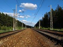 到达培训的平台铁路 免版税库存图片