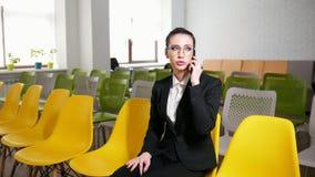 到达天空的企业概念金黄回归键所有权 妇女在商业中心和谈话坐她的电话 股票视频