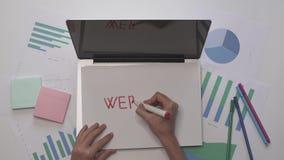 到达天空的企业概念金黄回归键所有权 妇女在膝上型计算机的纸写网站 木空白咖啡杯桌面例证标记办公室纸张回形针的剪贴薄 影视素材