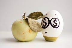 到达天空的企业概念金黄回归键所有权 与美元眼睛的一个鸡蛋 库存照片