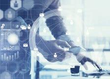 到达天空的企业概念金黄回归键所有权 使用普通设计膝上型计算机和智能手机的商人 全世界连接技术接口 免版税库存照片