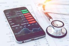 到达天空的企业概念金黄回归键所有权 财务分析、智能手机和听诊器 图库摄影