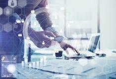 到达天空的企业概念金黄回归键所有权 工作普通设计膝上型计算机和智能手机的商人 全世界连接技术接口 免版税库存照片