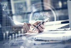 到达天空的企业概念金黄回归键所有权 工作普通设计膝上型计算机的商人 触摸屏智能手机 全世界连接技术 库存图片