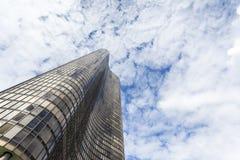 到达天空的美丽的摩天大楼 免版税图库摄影