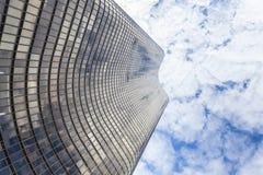 到达天空的美丽的摩天大楼 库存照片