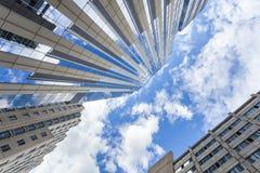 到达天空的美丽的摩天大楼 免版税库存照片
