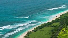 到达对在Uluwatu海岸线,巴厘岛,印度尼西亚的偏僻的沙滩的游人 影视素材