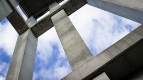 到达对天空的一种混凝土结构的一个抽象看法 库存照片