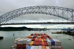 到达对巴拿马的集装箱船 免版税库存图片