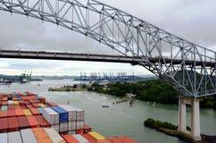 到达对巴拿马的集装箱船 库存照片