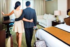 到达对旅馆客房的夫妇 免版税库存照片