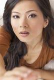 到达对照相机的美丽的中国亚裔妇女 库存照片