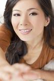 到达对照相机的美丽的亚裔中国妇女 免版税库存图片