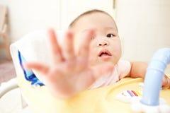 到达对照相机的婴孩 库存照片