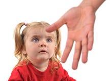 到达对白色的害怕的孩子的手 免版税库存照片