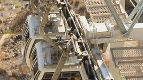 到达对Fira的游人乘缆车,在圣托里尼海岛上的公共交通工具 股票录像