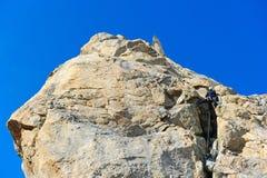 到达山的山顶登山人 免版税库存图片