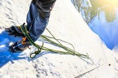 到达山的山顶的登山人 免版税库存照片