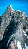 到达山的山顶的登山人 图库摄影