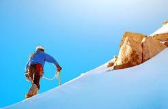 到达山顶的一个小组登山人 库存照片