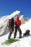 到达山顶的两登山人 库存图片