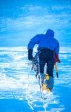 到达山顶的登山人 免版税库存照片