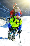 到达山顶的登山人 免版税库存图片