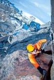 到达山顶的登山人 免版税图库摄影