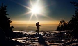 到达山顶的Backcountry滑雪者 免版税库存图片