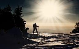 到达山顶的Backcountry滑雪者 库存图片