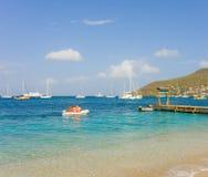 到达岸上时髦的长臂猿的游人在迎风群岛靠岸 免版税图库摄影