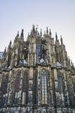 到达往天空的无边额科隆大教堂尖顶 免版税库存图片