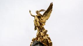 到达往天空的金子天使雕象 免版税库存图片