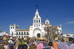 到达教会的香客在El Rocio,西班牙 库存图片