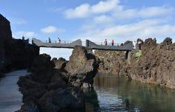 到达波尔图莫尼兹,马德拉岛自然水池的桥梁  库存图片