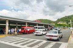 到达的乘客和提取车在机场 免版税库存照片