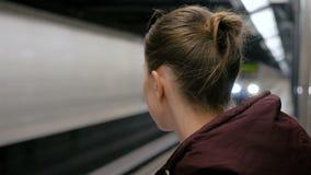 到达的妇女等待的火车 股票录像