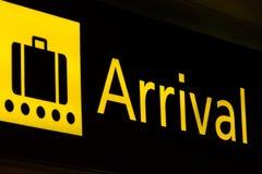 到达符号在机场 库存照片