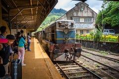 到达纳努大矢驻地的埃拉火车的纳努大矢在斯里兰卡 库存图片