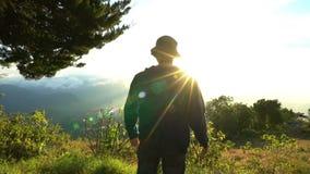 到达顶层 人举在美好的山lanscape的手在日出 愉快的Feelling,好感觉 解决 影视素材