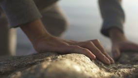 到达顶面,上升的岩石,救援活动,活跃休闲的登山者 股票录像