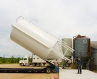 到达养猪场的一个新的筒仓在农场在加拿大 免版税库存照片