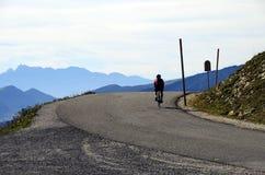 到达Semnoz山顶,开胃菜,法国的骑自行车者 免版税库存照片