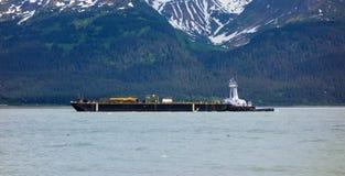 到达seward沿海口岸的一艘巨型的驳船  免版税图库摄影