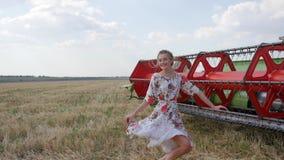 到长的礼服里微笑和跳跃在慢动作的空气的精力充沛的美丽的女孩 影视素材