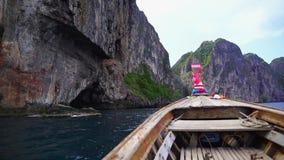 到PhiPhi移动有一条长尾巴小船的海岛 股票视频