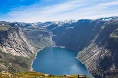 到Trolltunga的夏天旅行,拖钓` s舌头,在Odda Ringedalsvatnet湖,挪威 库存图片