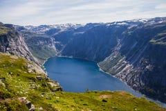 到Trolltunga的夏天旅行,拖钓` s舌头,在Odda Ringedalsvatnet湖,挪威 库存照片